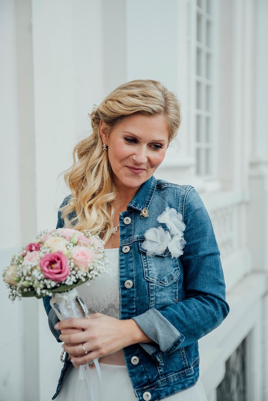 Personalisierte Jeansjacke für die Braut am Tag der Hochzeit