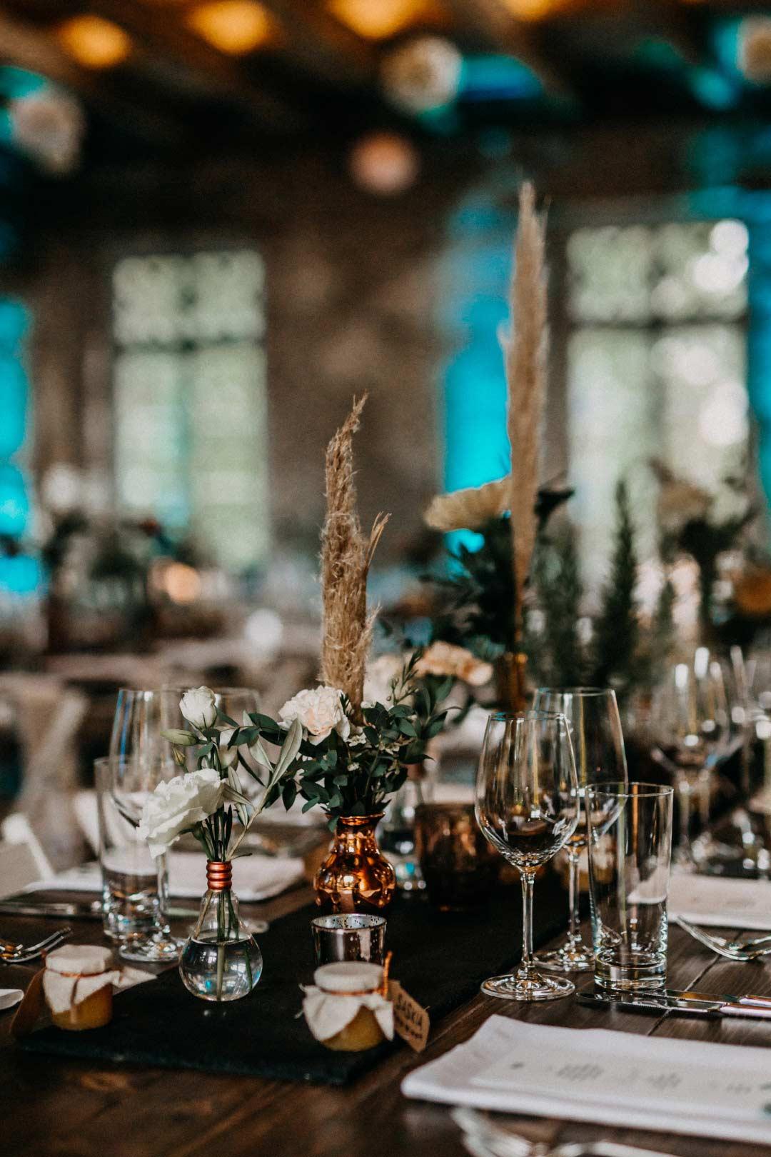Besprühte Flasche als Dekoration bei der Hochzeit