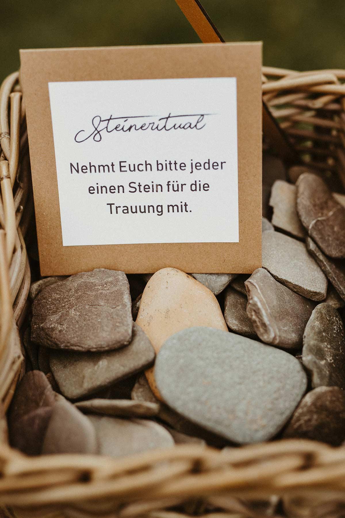 Steinritual bei der Hochzeit während der Trauung