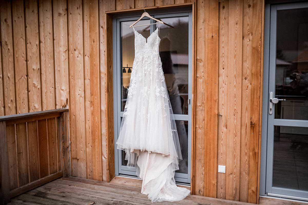 Brautkleid hängt am Kleiderbügel