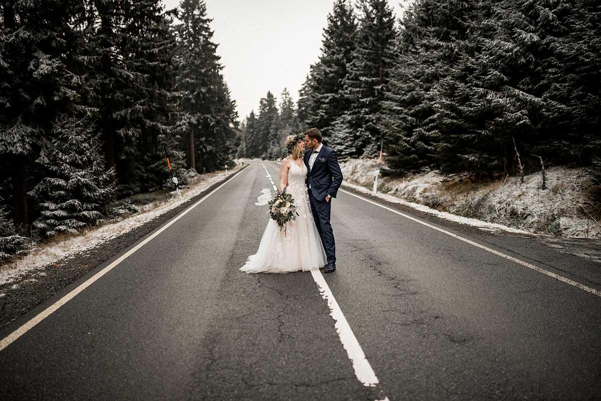Brautpaar auf einer Straße im Harz