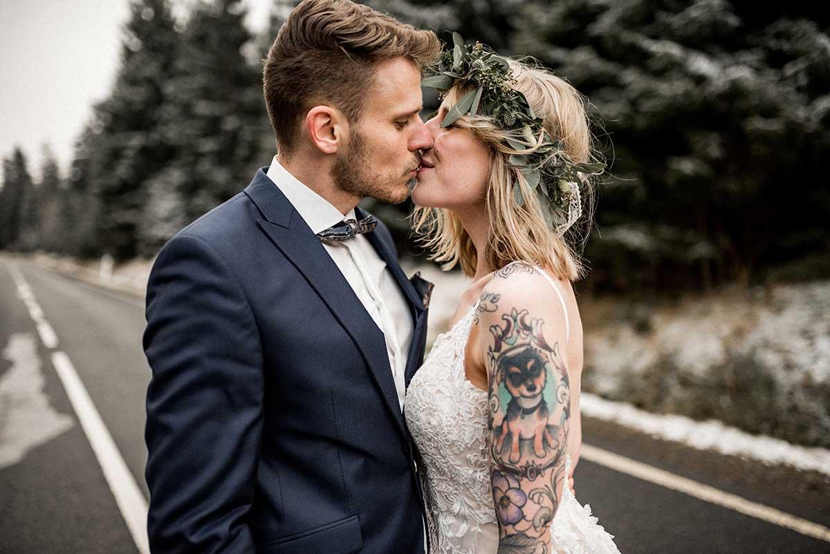 Braut und Bräutigam beim Paar Fotoshooting