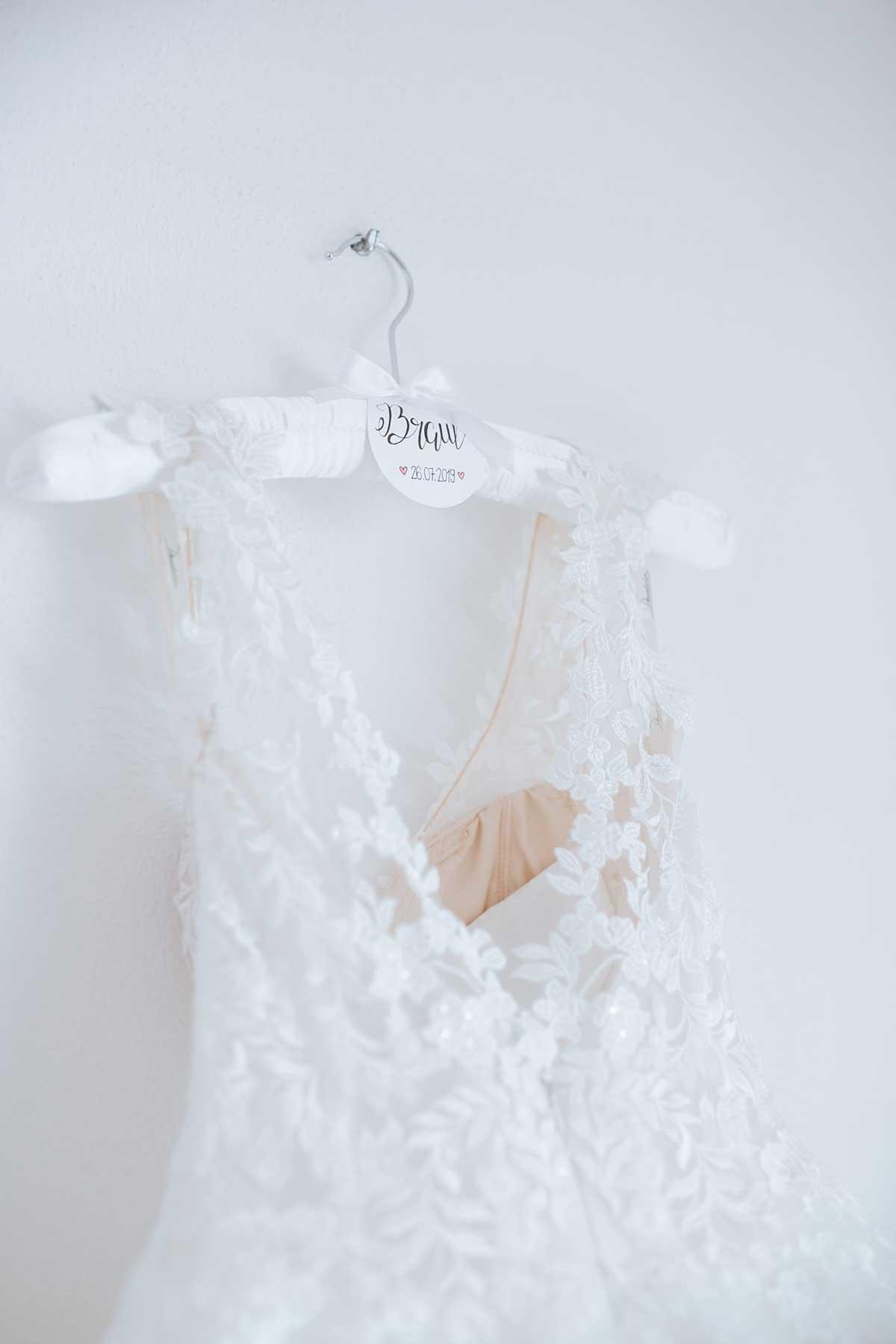Brautkleid an pesonalisierten Kleiderbügel