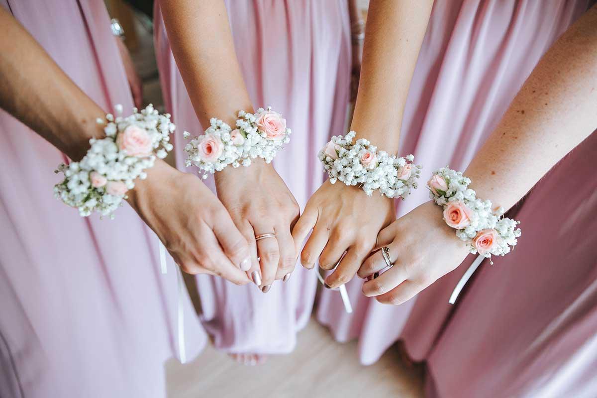 Blumenarmbänder der Bridemaids und Trauzeugin