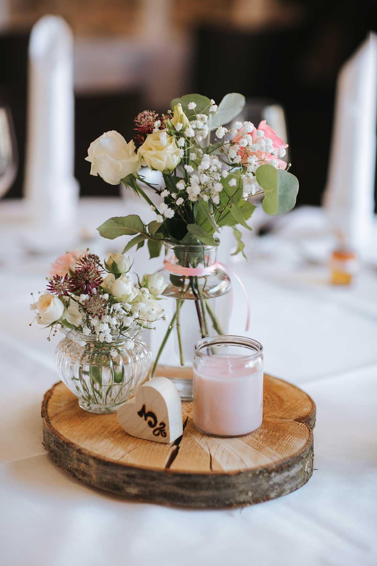 Tischdeko mit rustikaler Baumscheibe
