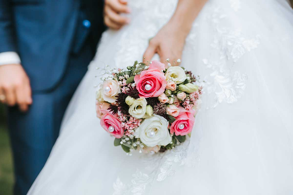 Brautstrauß mit weißen und pinken Rosen und Perlen