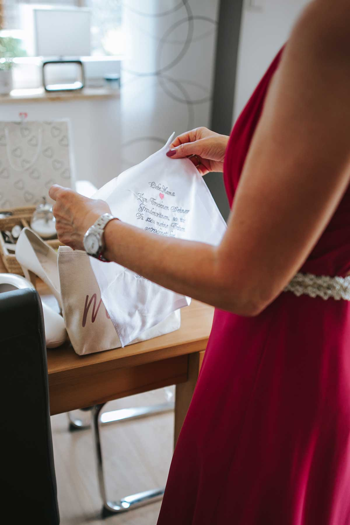 Besticktes Taschentuch für die Mutter der Braut