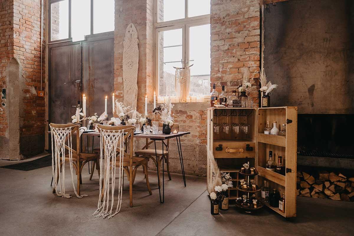 Geschmückter Tisch und Gentlemens Bar bei der Hochzeit