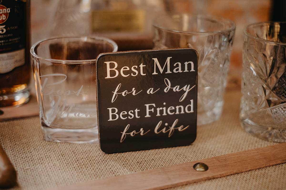 Schild bei der Gentlemans Bar bei der Hochzeit