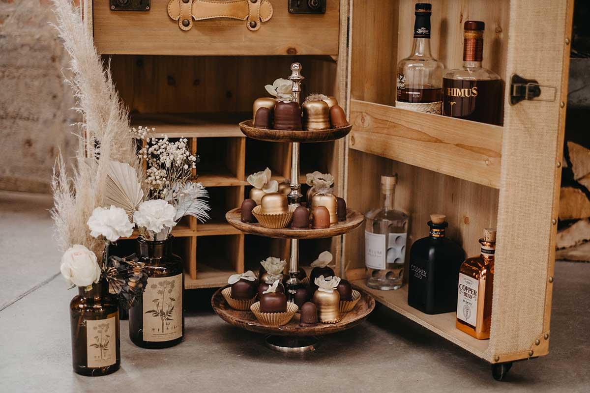 Hübsch dekoriert Schokoküsse bei der Gentlemens Bar bei der Hochzeit