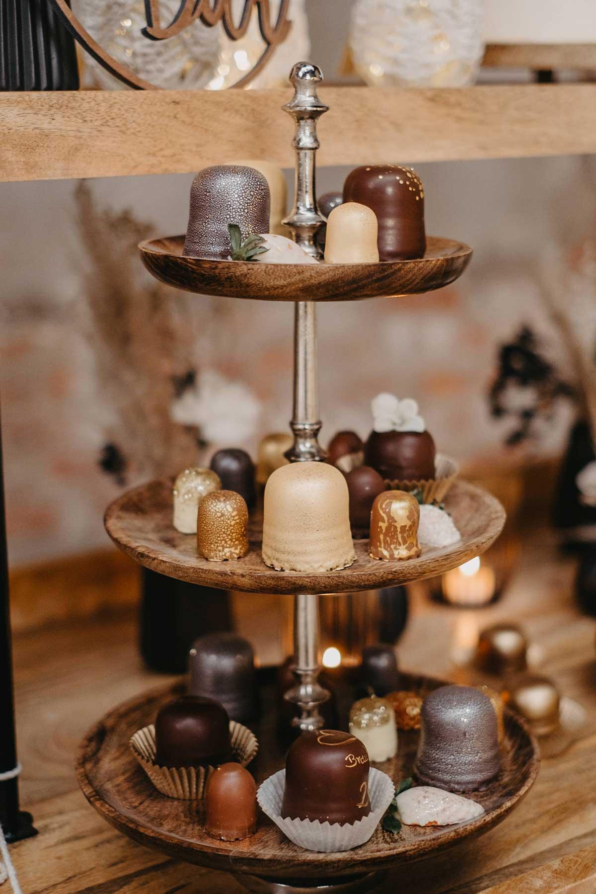 Hübsch dekoriert Schaumküsse bei der bei der Hochzeit