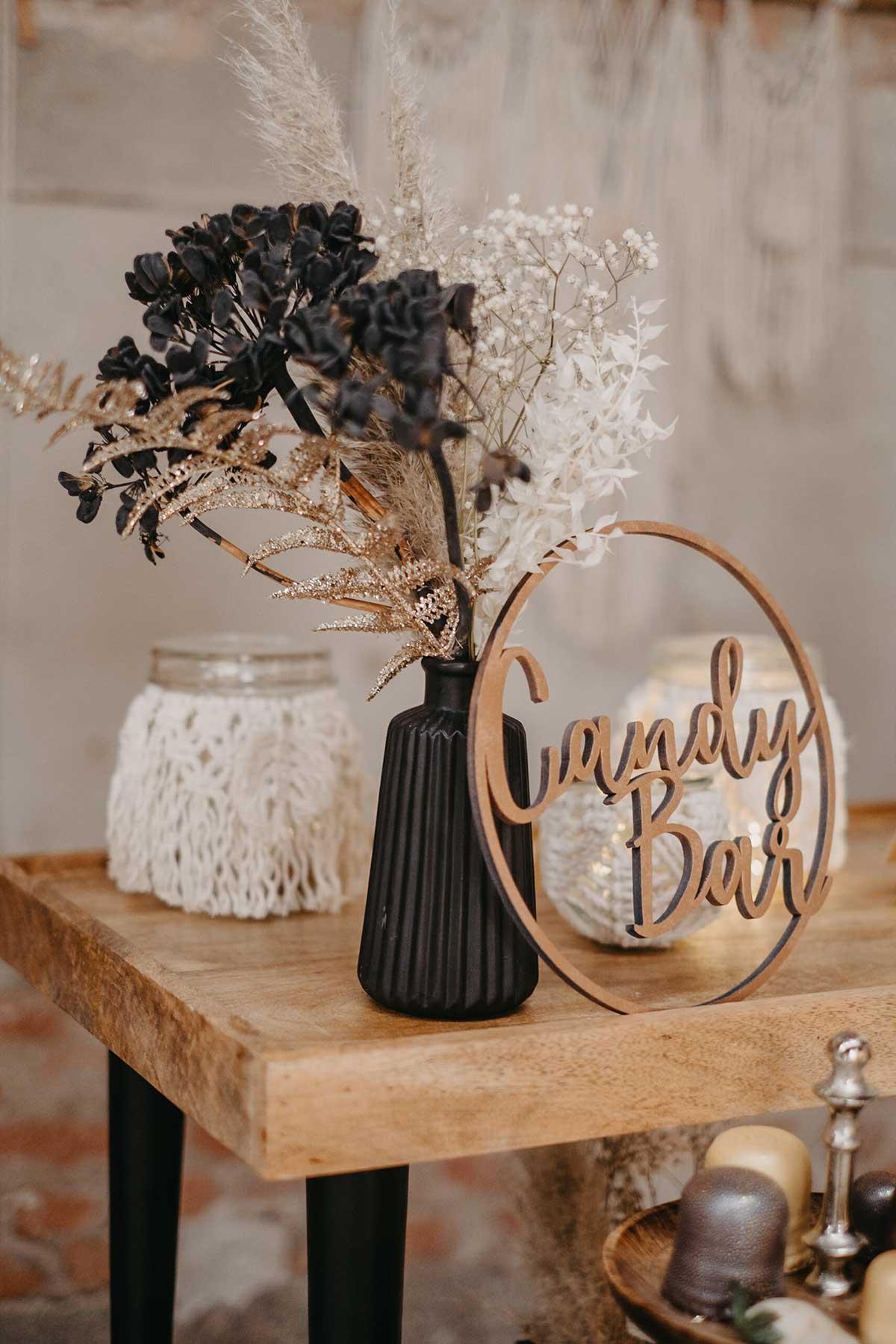 Trockenblumen und Candybar Schild aus Holz zur Dekoration bei der Hochzeit