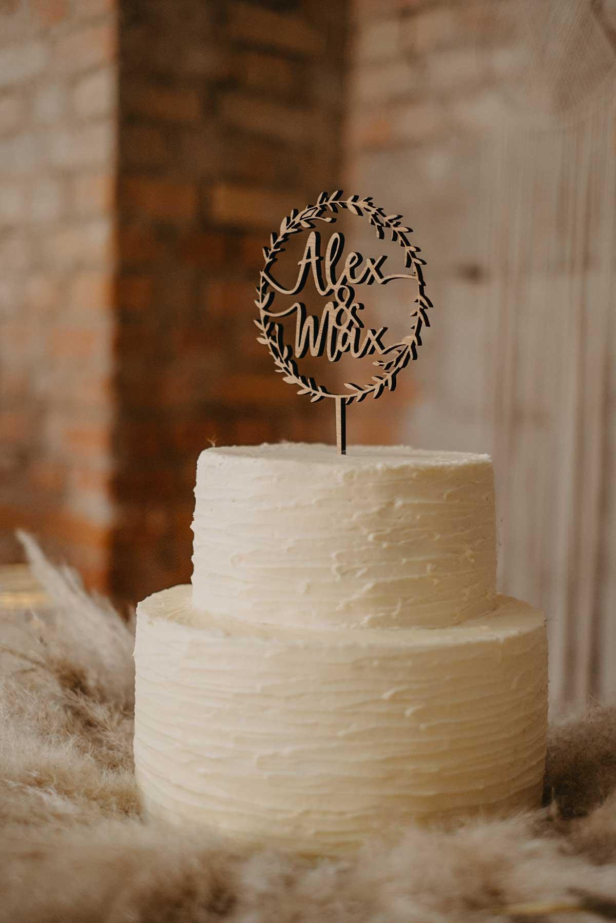 Hochzeitstorte in Weiß mit Caketopper aus Holz