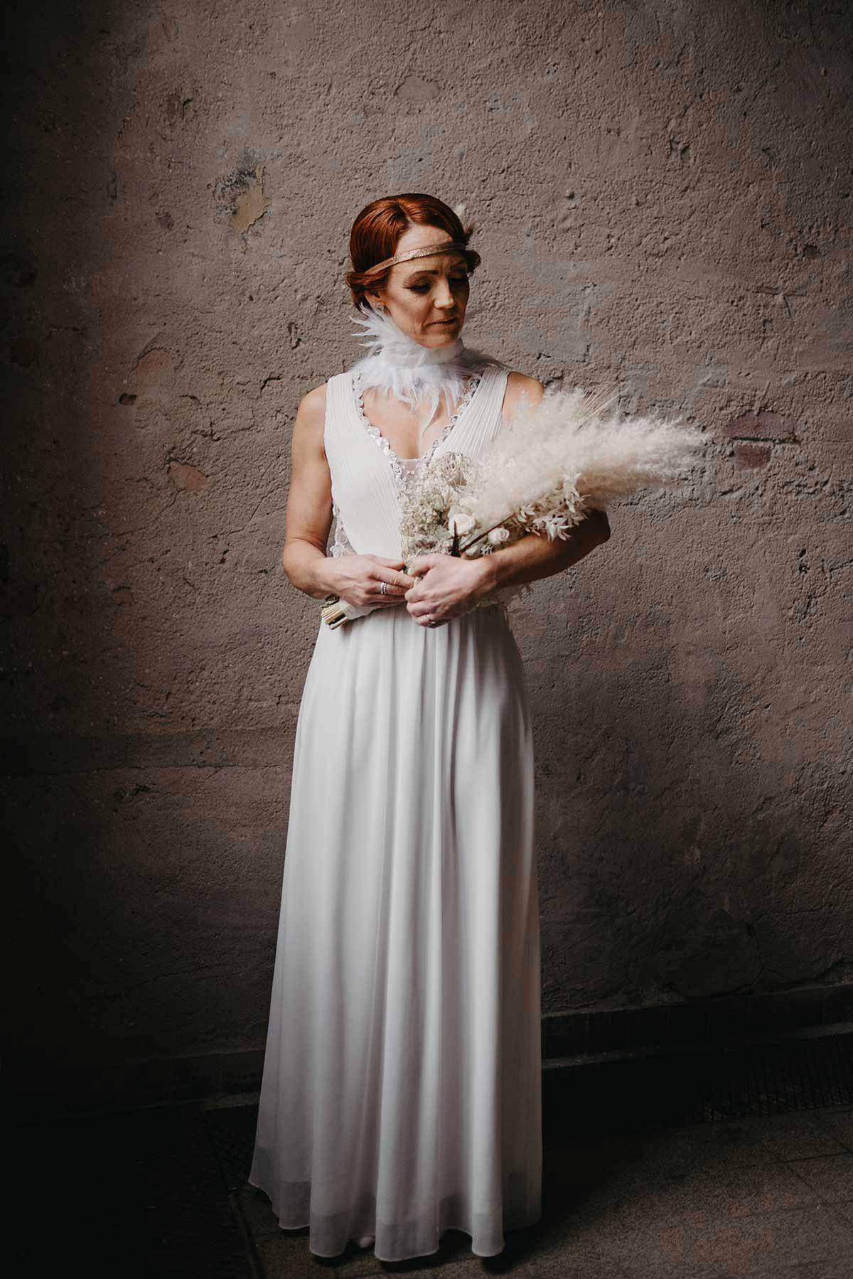 Braut mit Brautstrauß aus Trockenblumen beim Brautshooting 2020