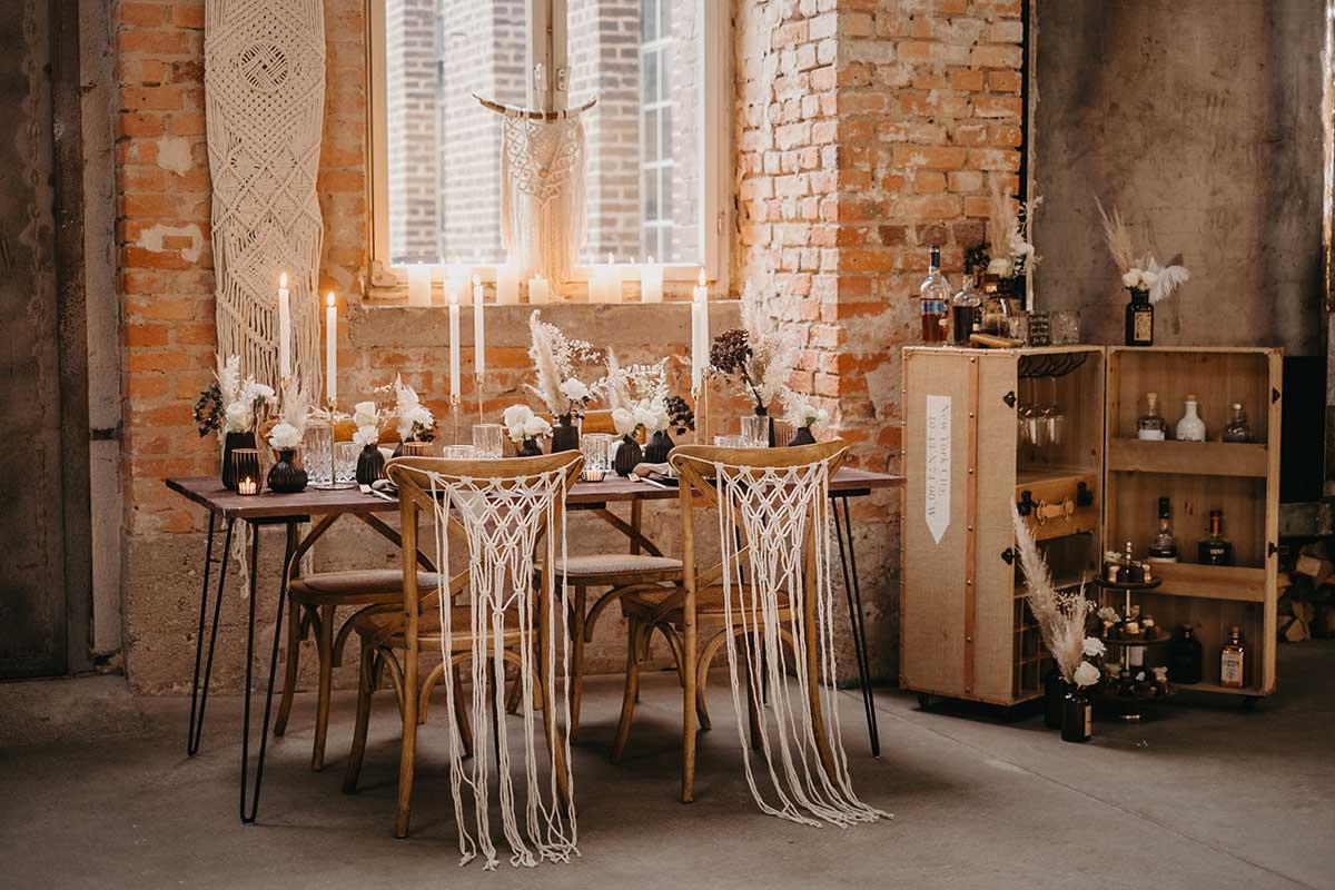 Tischdeko mit Trockenblumen und Stühle mit Makramee