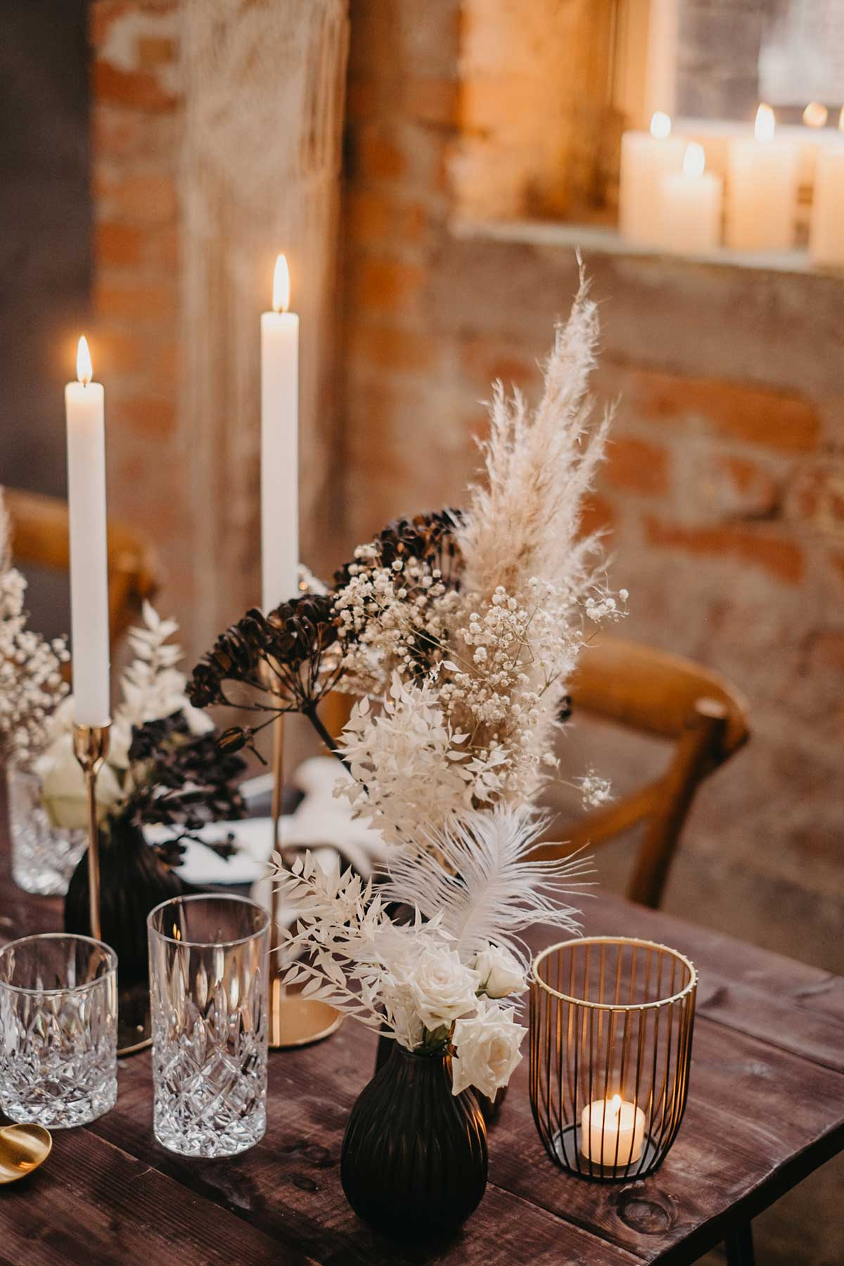 Tischdeko bei der Hochzeit mit Kerzen und Trockeblumen