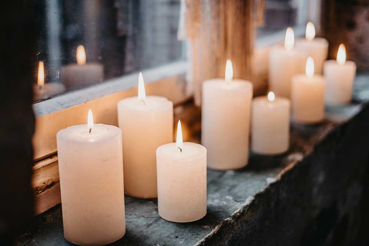 Echt Kerzen zur Dekoration der Fensterbank