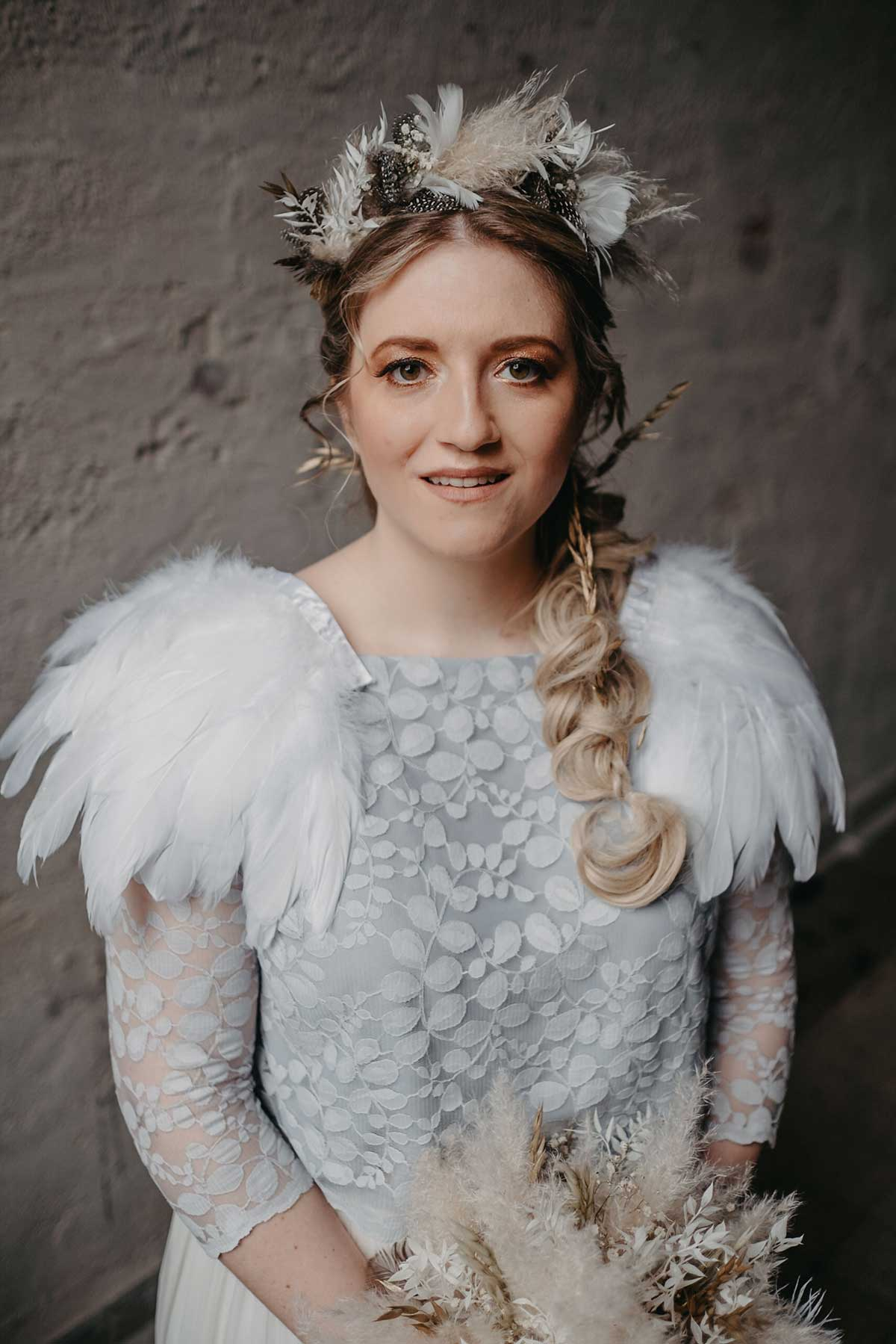 Braut mit Flowercrown aus Trockenblumen
