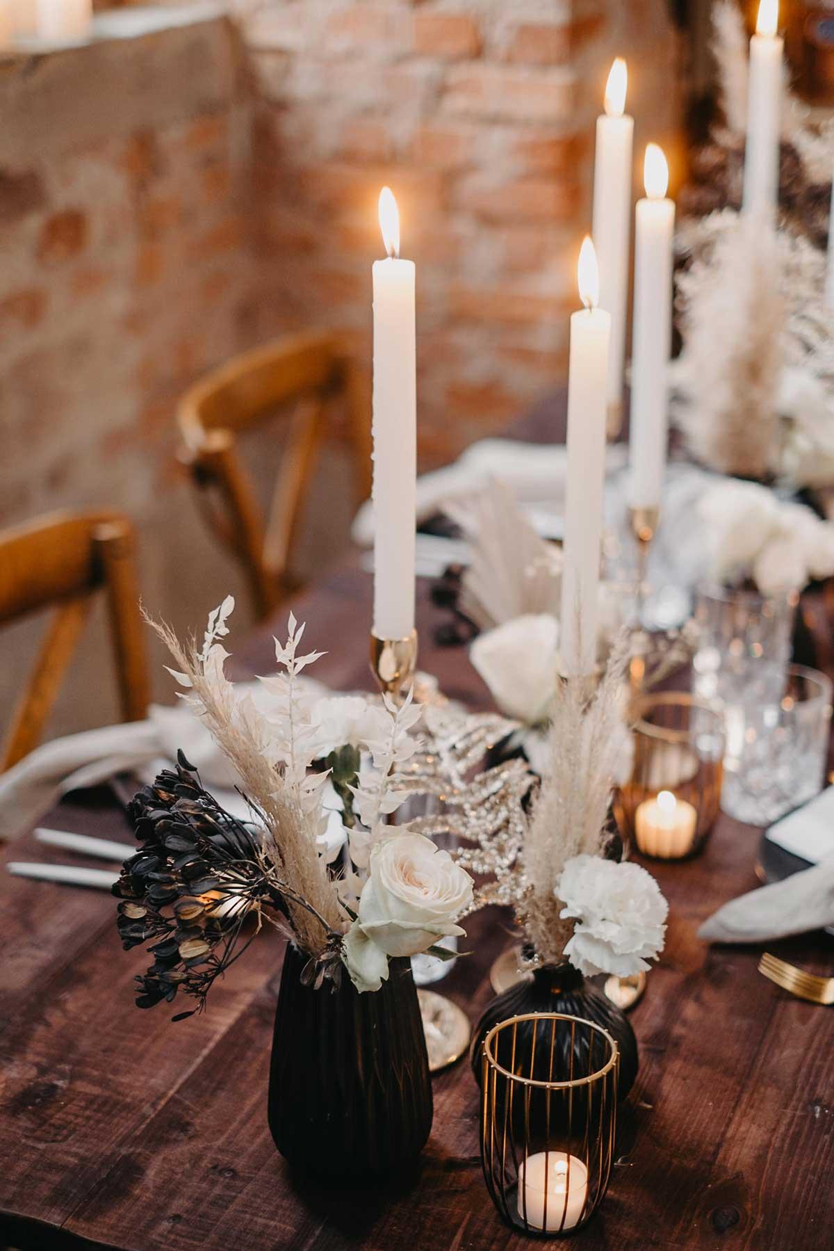 Trockenblumen bei der Tischdeko der Hochzeit