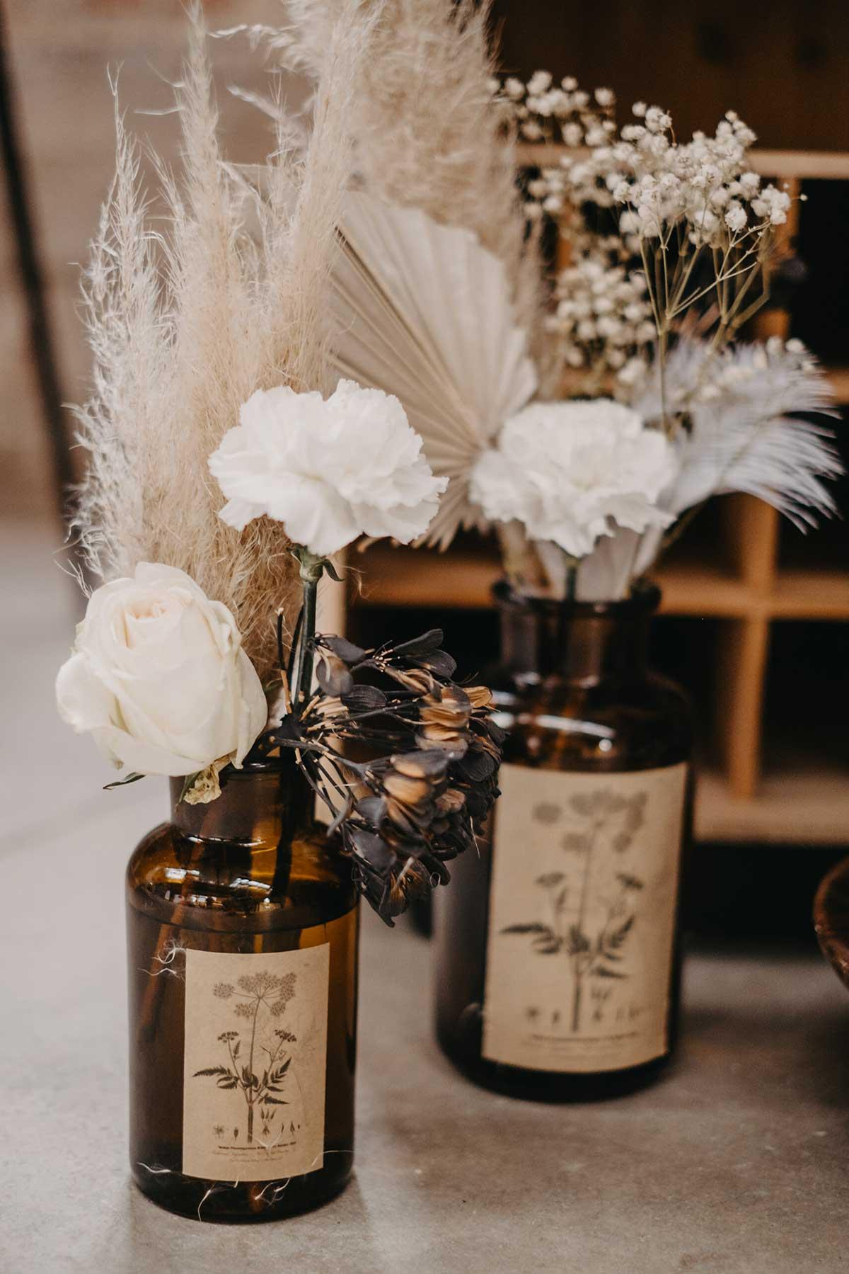 Trockenblumen im Apothekerglas bei der Hochzeit