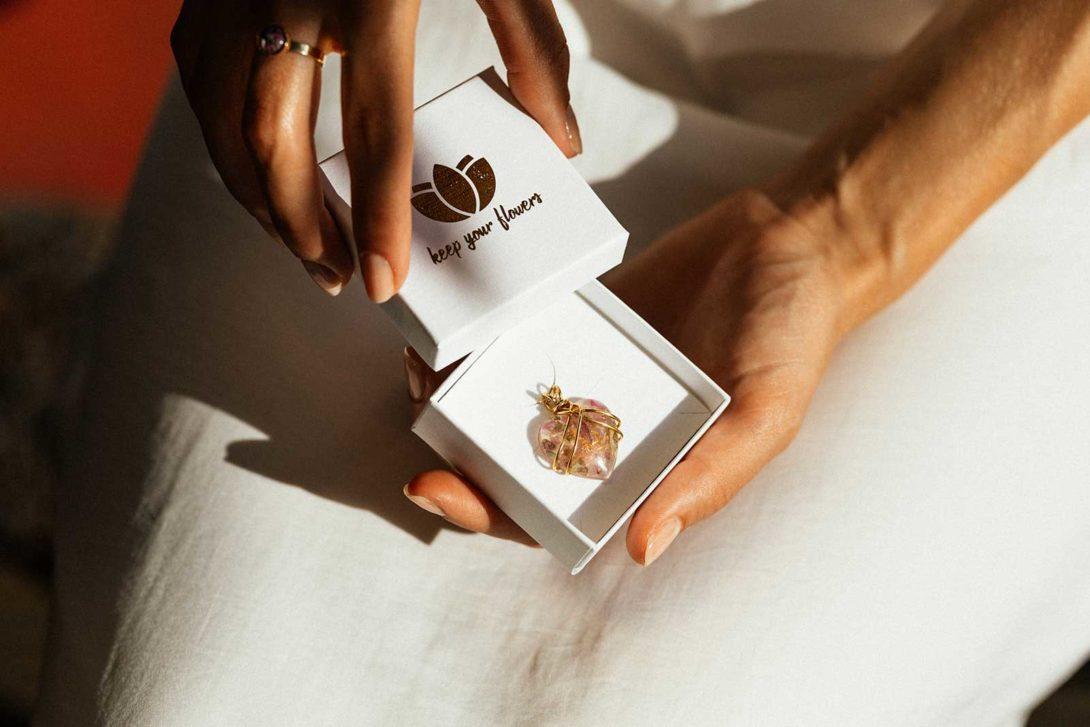 Aus Brautstrauß, Boutonniere oder Flowercrown individuellen Schmuck erstellen