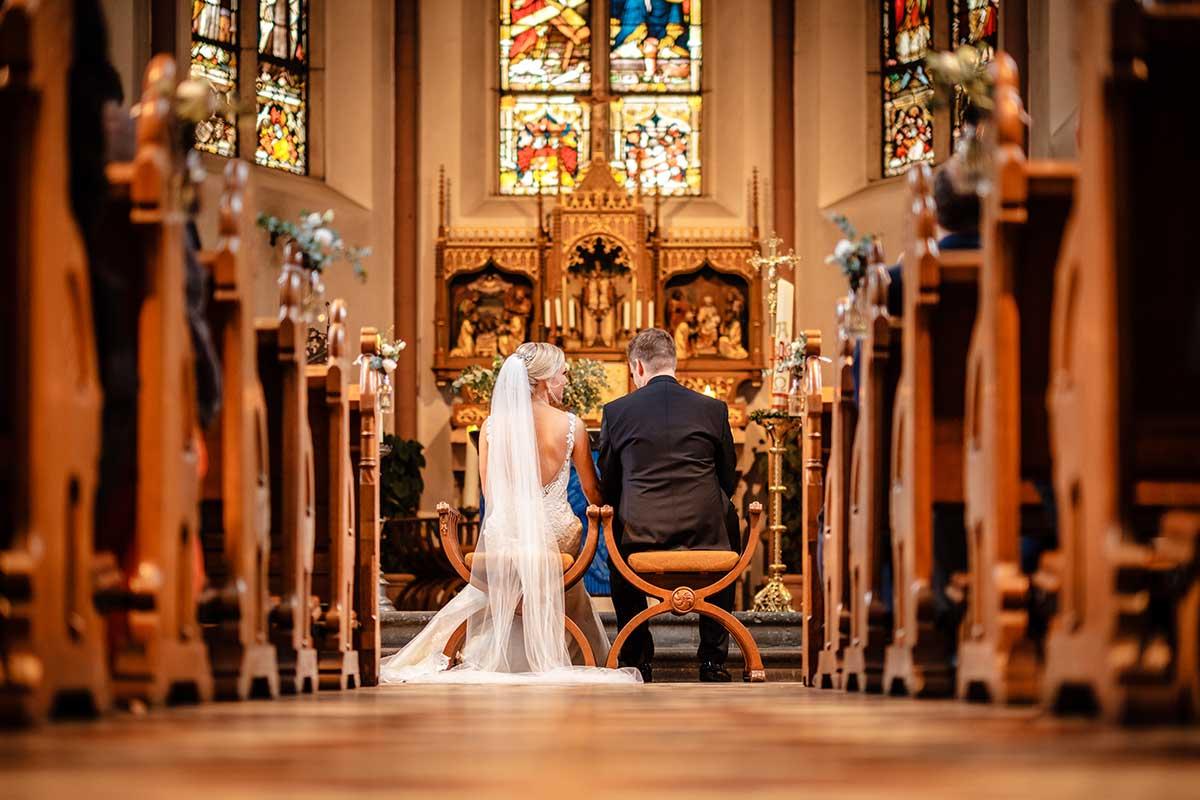 Braut und Bräutigam während der kirchlichen Trauung