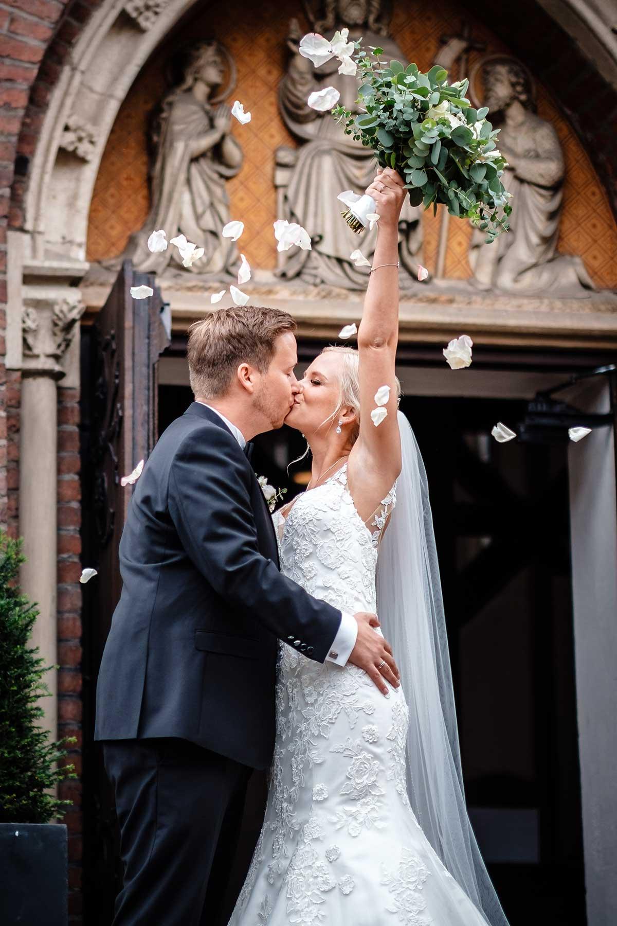 Braut und Bräutigam nach der kirchlichen Trauung