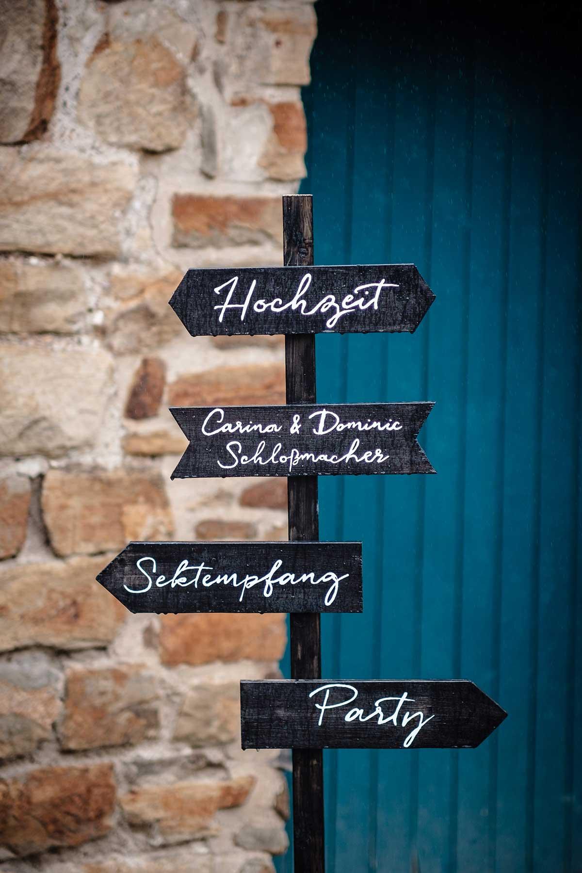 DIY Holzschild als Wegweiser bei der Hochzeit
