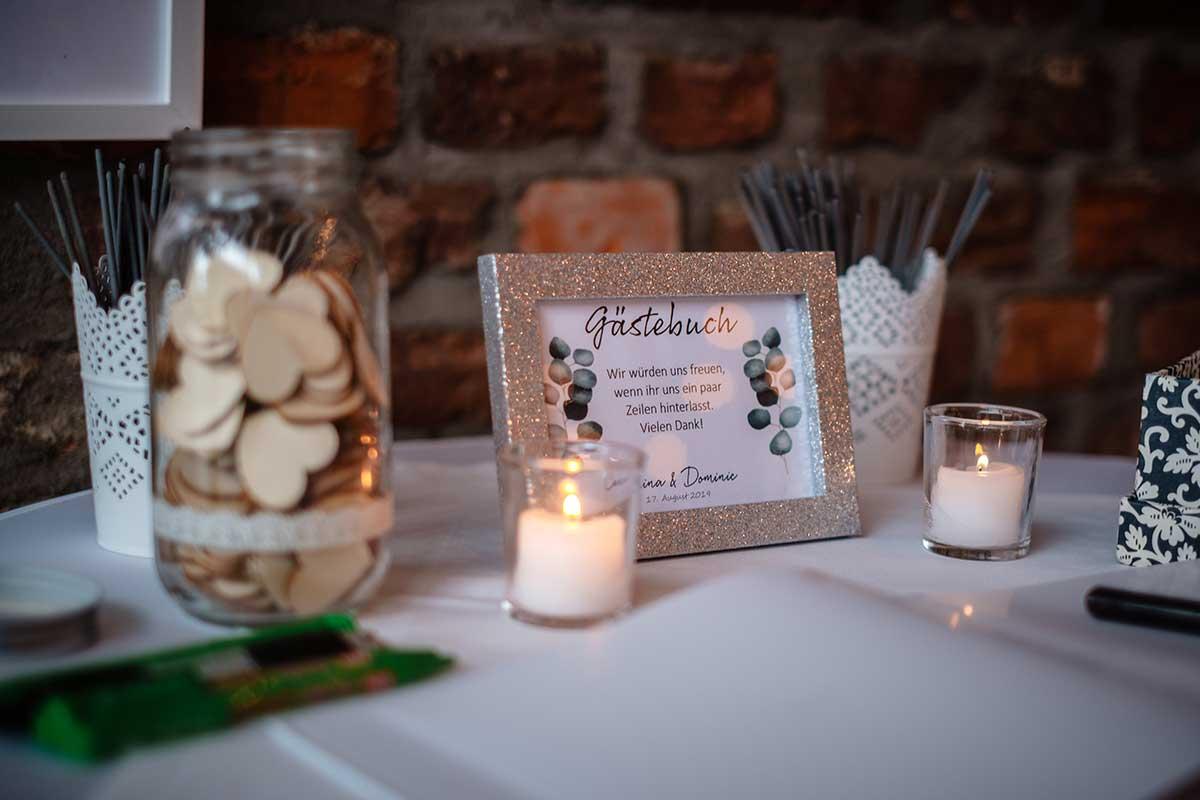 Schild für das Gästebuch bei der Hochzeit