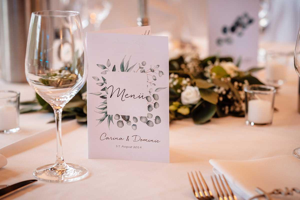 Menükarte bei der Eukalyptus Hochzeit
