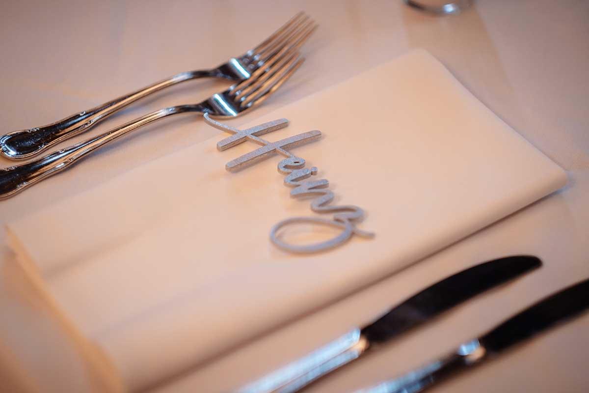 Name aus Holz als Platzkarte und Gastgeschenk bei der Hochzeit