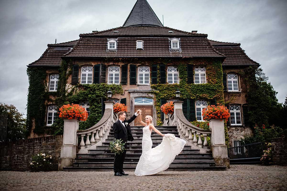 Braut und Bräutigam vor Schloss Linnep