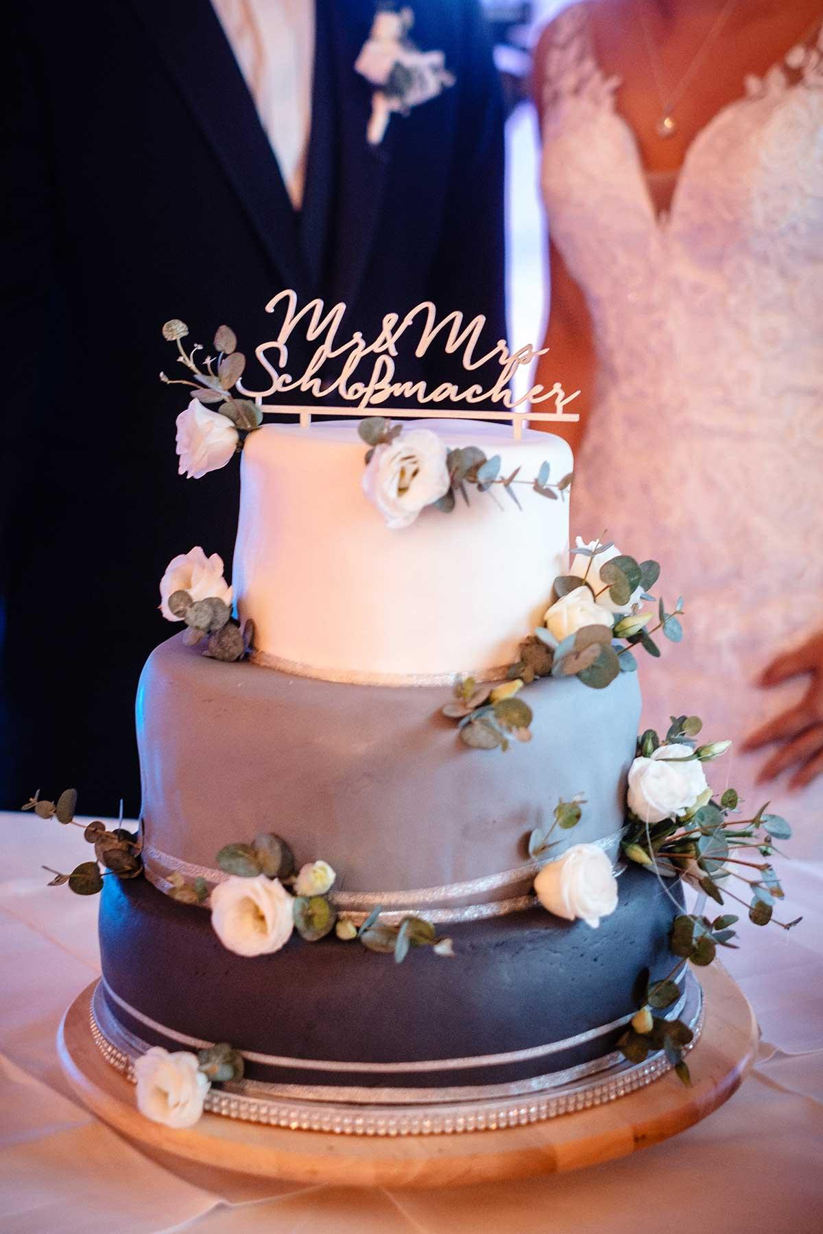Drei stöckige Hochzeitstorte mit Eukalyptus als Deko