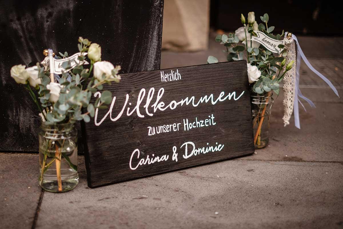 DIY Holzschild als Willkommensschild bei der Hochzeit