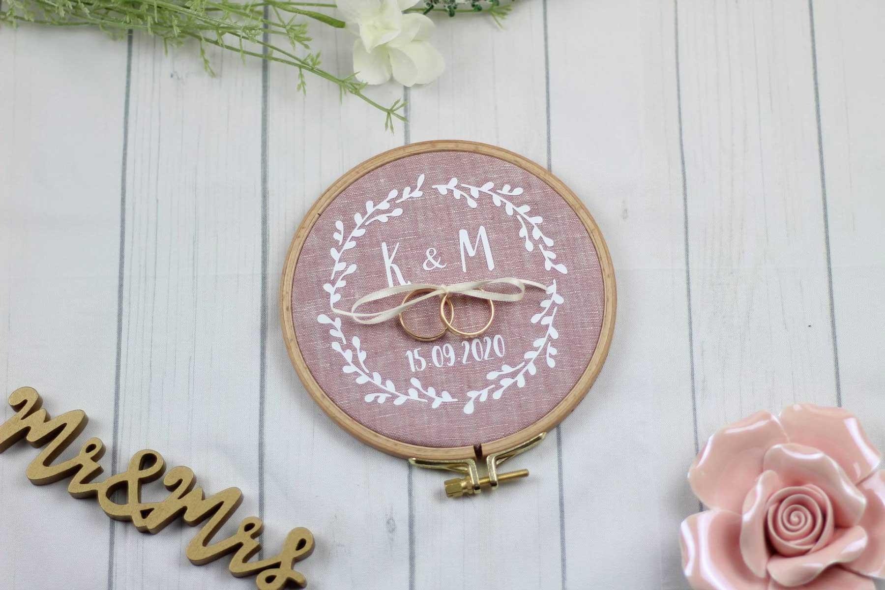 Stickrahmen als alternatives Ringkissen zur Hochzeit