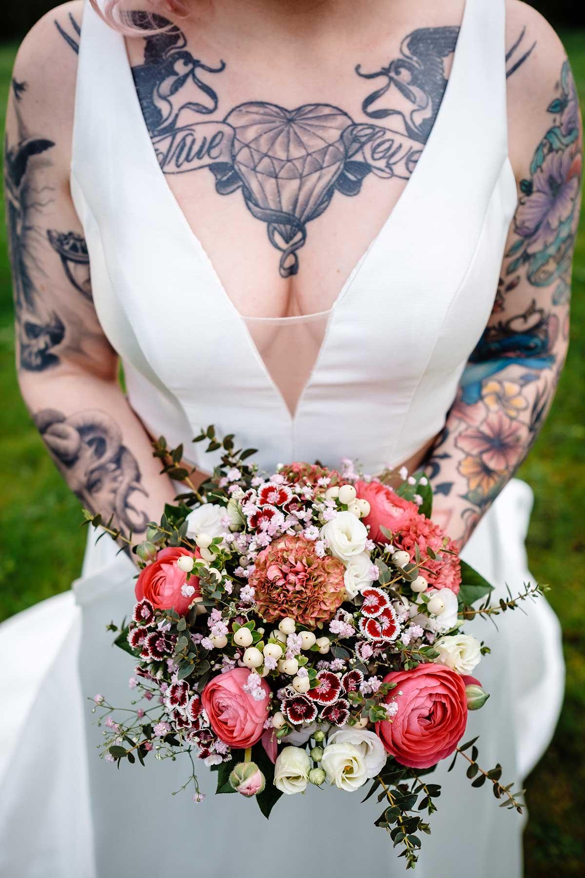 Braut mit Brautstrauß in kräftigen Farben