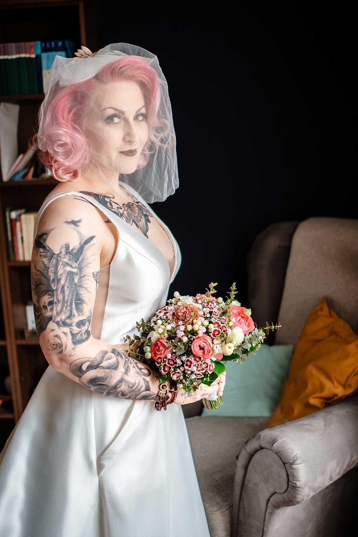 Braut mit pinken Haaren beim Getting Ready