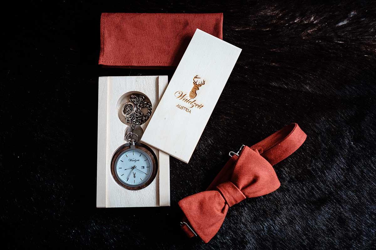 Fliege und Uhr für den Bräutigam