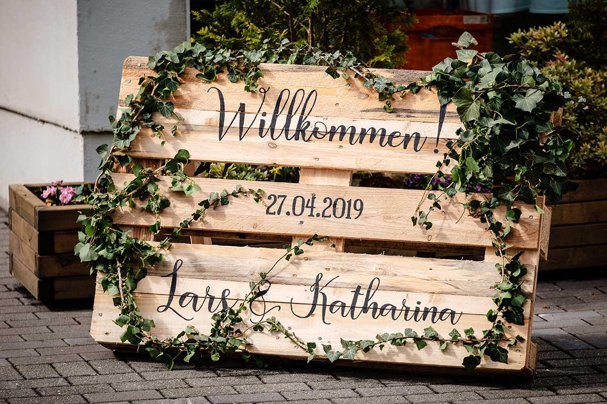 Holz-Palette als Willkommensschild zur Hochzeit