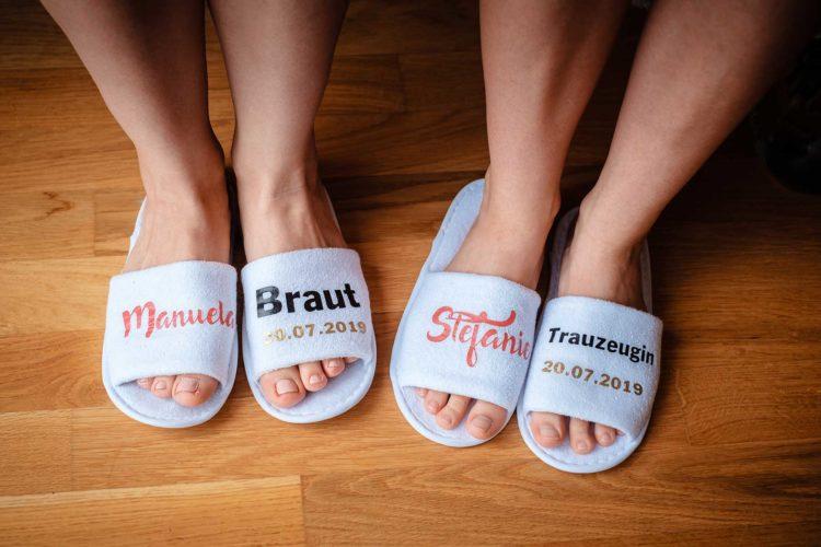 Personalisierte Slipper für das Getting Ready am Tag der Hochzeit