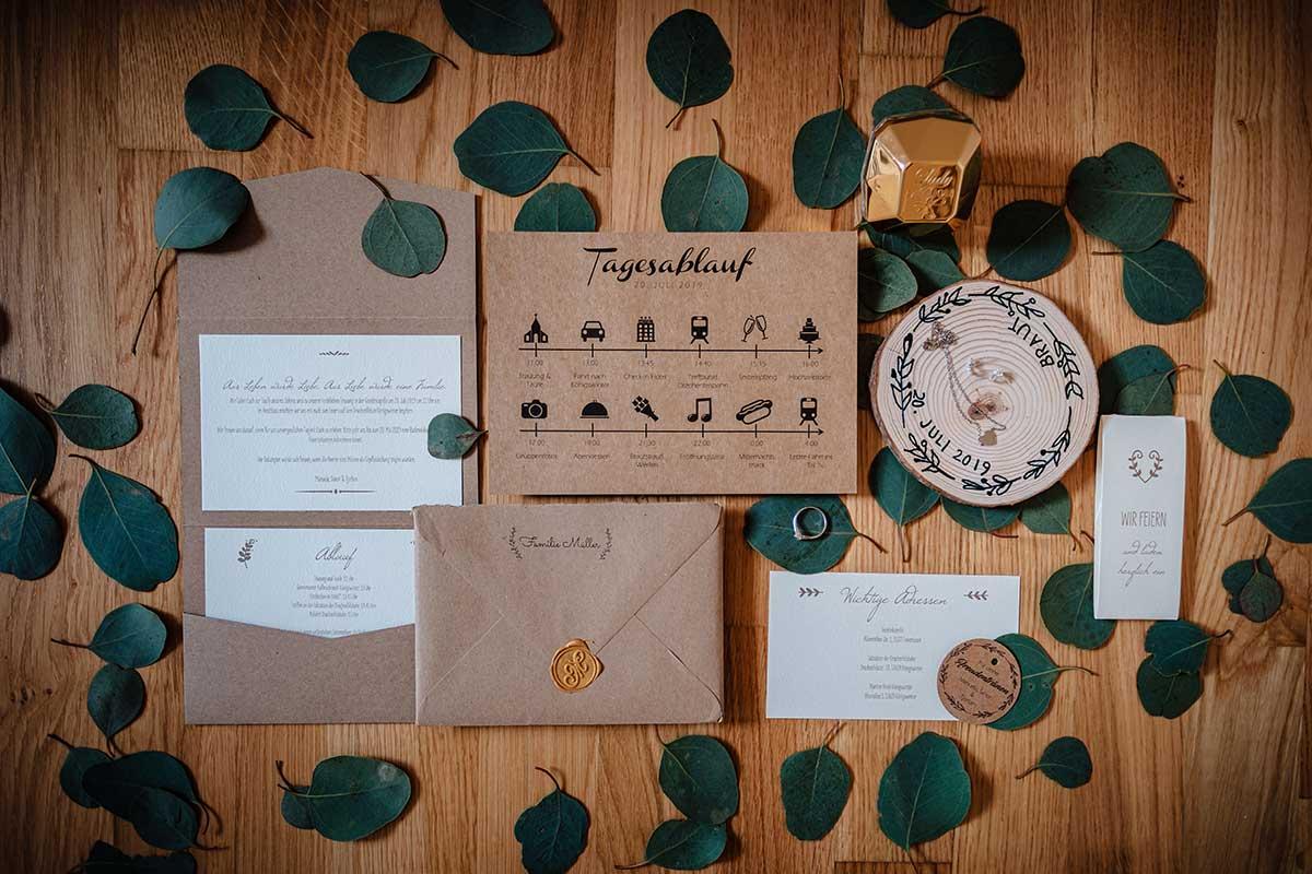 Papeterie mit Kraftpapier und einem Ablaufplan zur Hochzeit