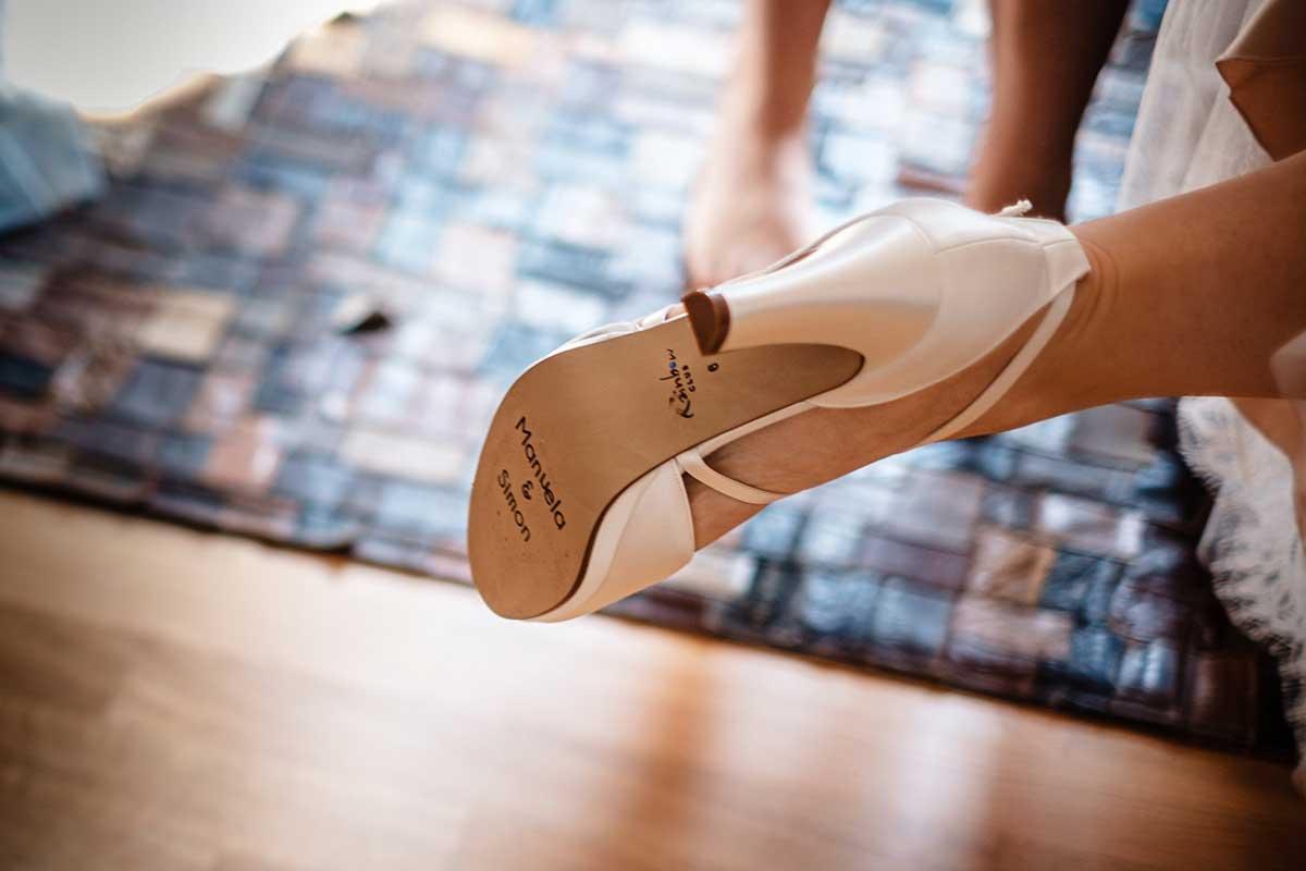 Schuhe der Braut mit Sticker unten drunter