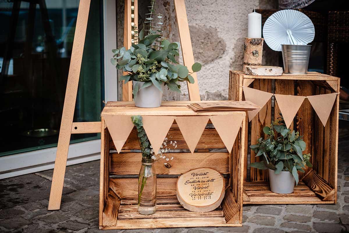 Holzkisten mit Dekoration bei der Hochzeit