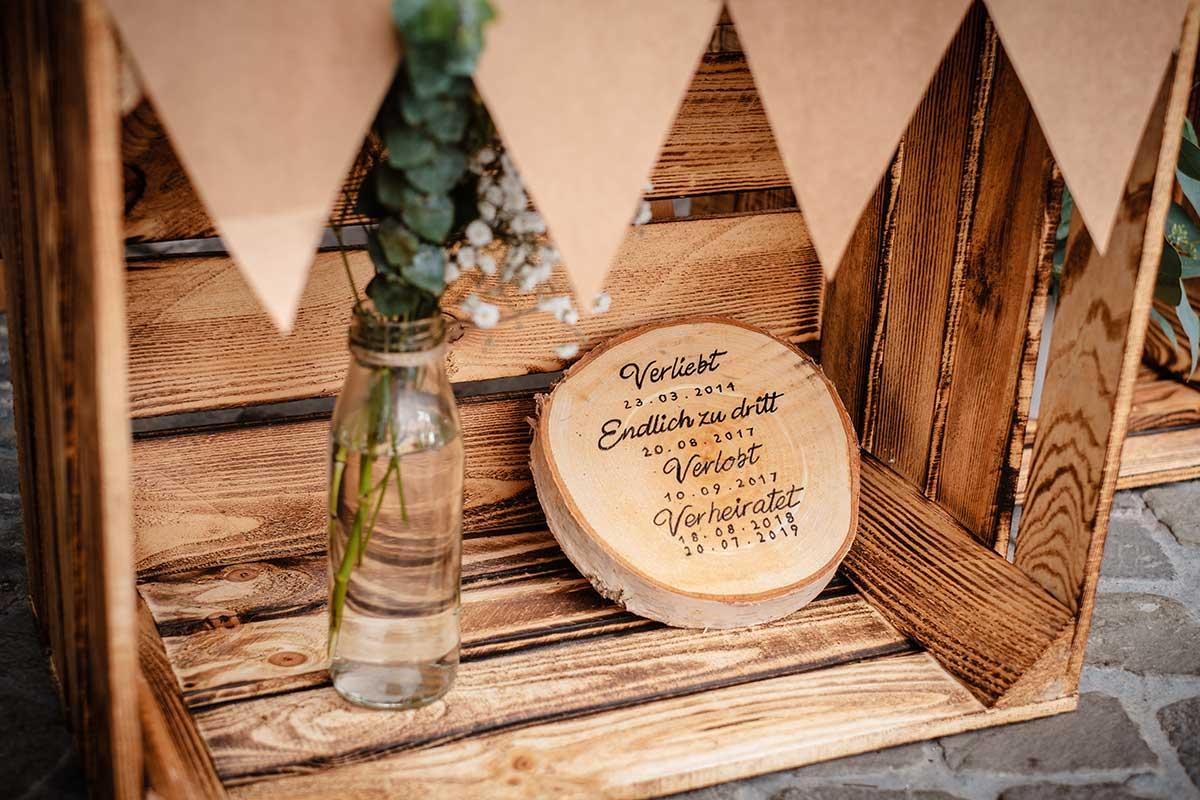 Baumscheibe als Schild bei der Hochzeit