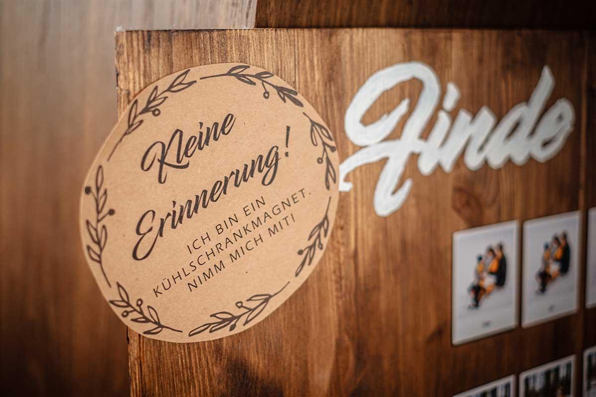 Schild am Sitzplan bei der rustikalen DIY Hochzeit