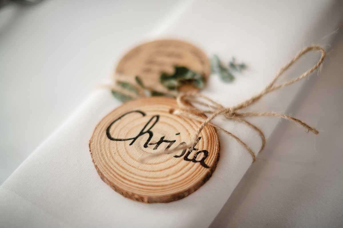 Kleine Baumscheibe mit dem Namen von dem Gast als Platzkarte