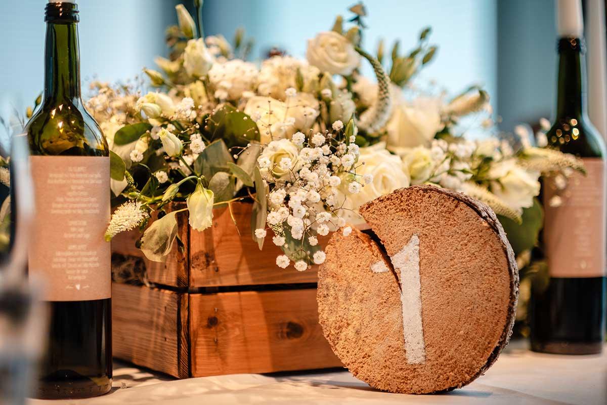 Baumscheibe als Tischnummer bei der Hochzeit