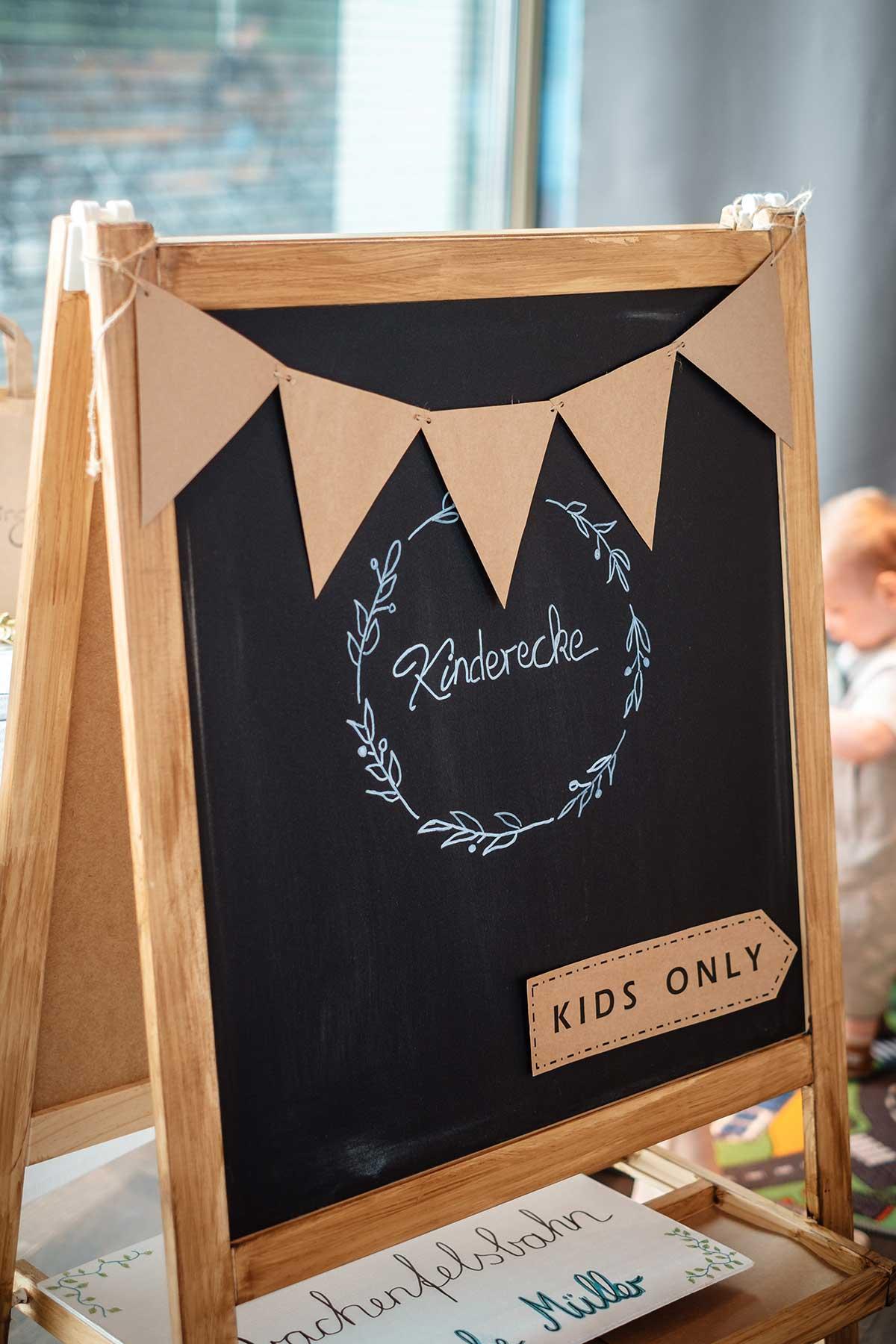 Schild für die Kinderecke bei der Hochzeit