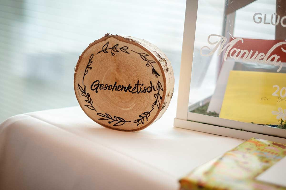 Baumscheibe als Schild für den Geschenketisch