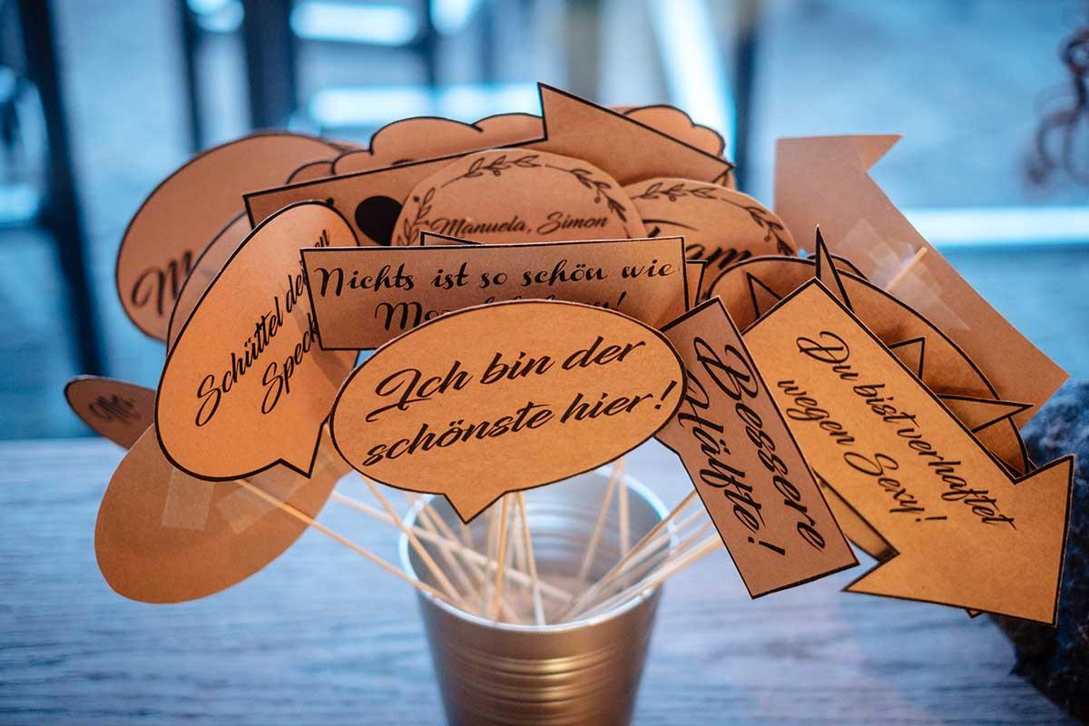 Photobooth Accessoires bei der rustikalen DIY Hochzeit auf dem Drachenfels